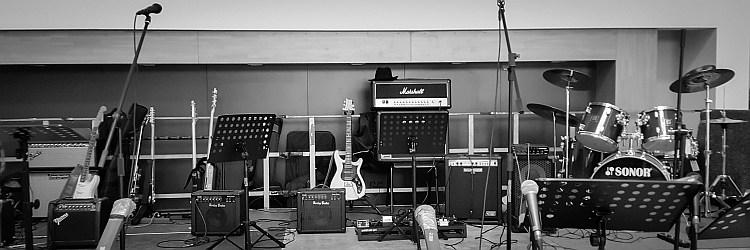 Die Bühne vor dem Konzert der Band 2FOUR2 beim Bandabend