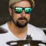 Drummer Jan mit Sonnenbrille live on stage